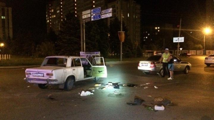 В Ростове машина опрокинулась на крышу после удара в дверь