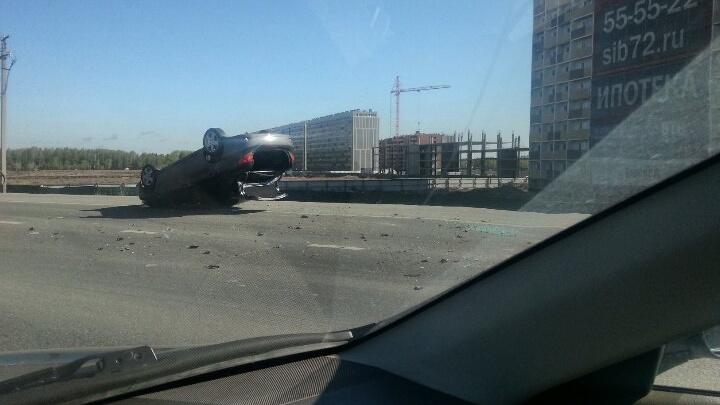 ДТП на тюменской объездной: легковушка перевернулась после столкновения с фурой
