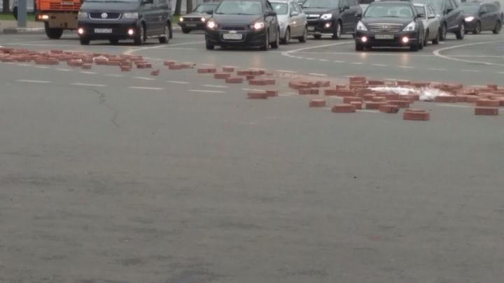 На Богоявленской площади в Ярославле рассыпали кирпичи