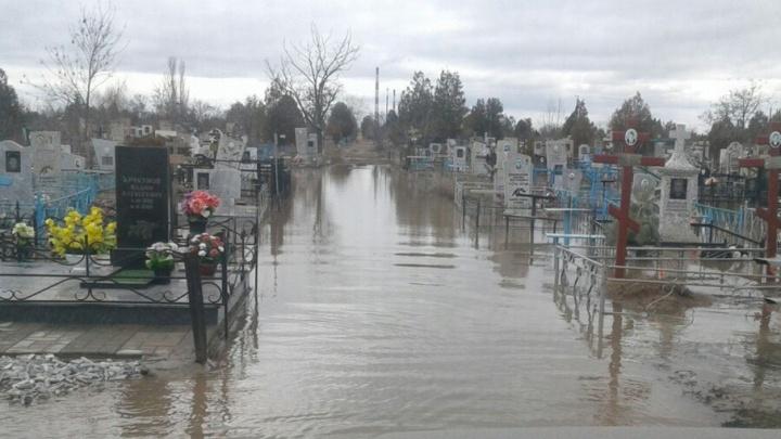 Большая вода размыла кладбище Волжского
