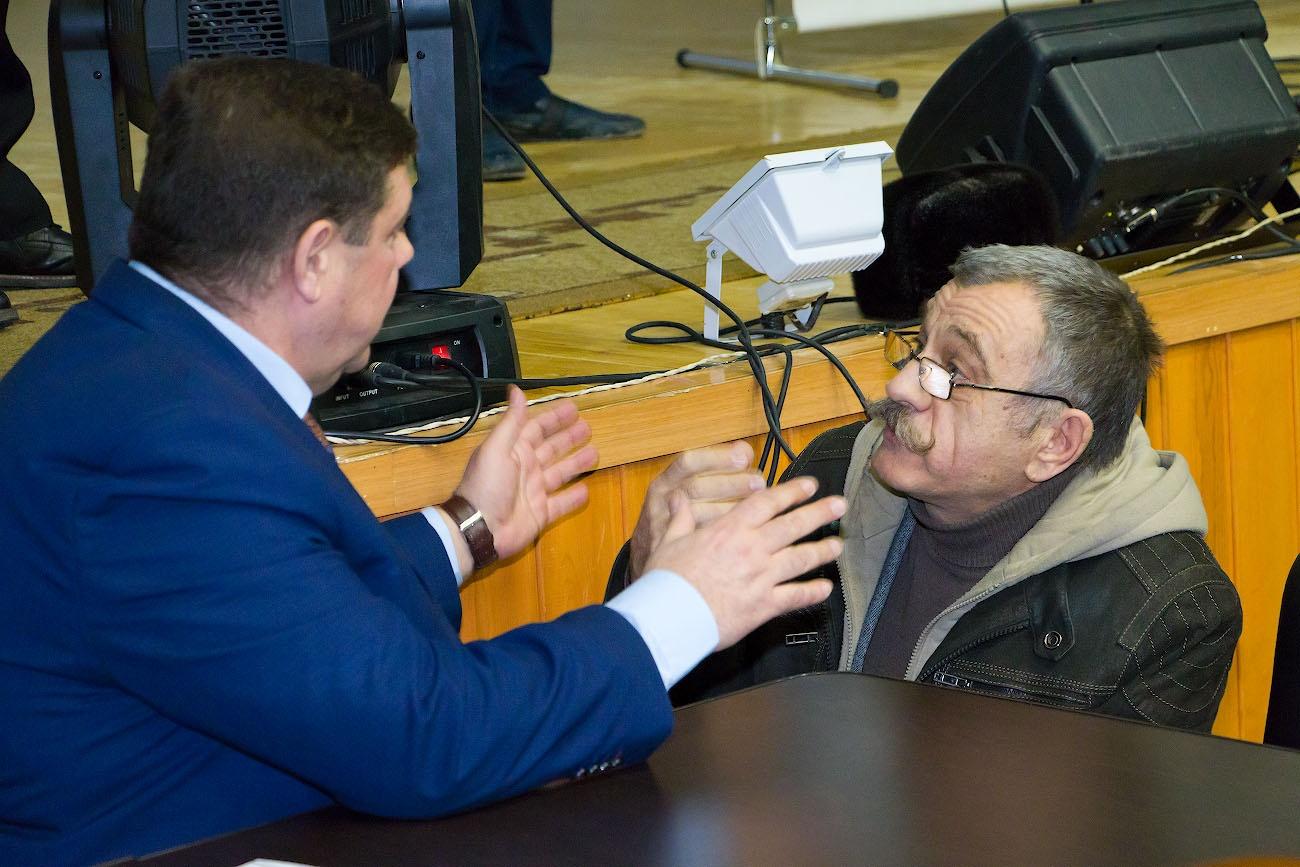 Игорь Азархин (слева) пообещал, что предложения садоводов включат в протокол слушаний