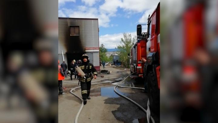 «Полыхнуло при газосварке»: в челябинской автомастерской сгорели две иномарки