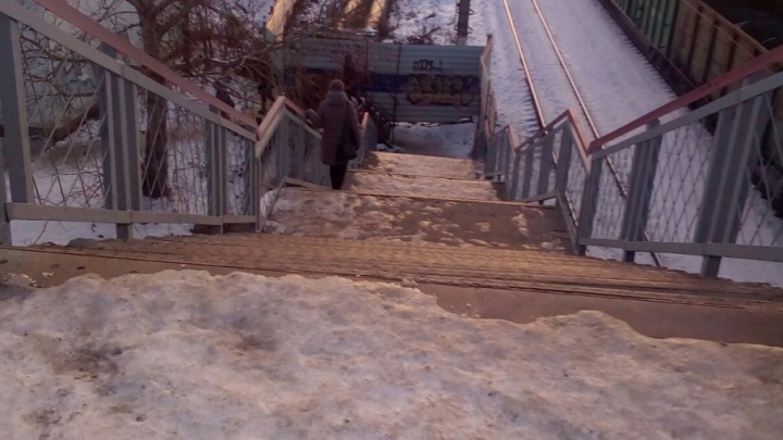 Ходить невозможно, везде лёд: тюменцы пожаловались на скользкий переход через ж.-д. пути