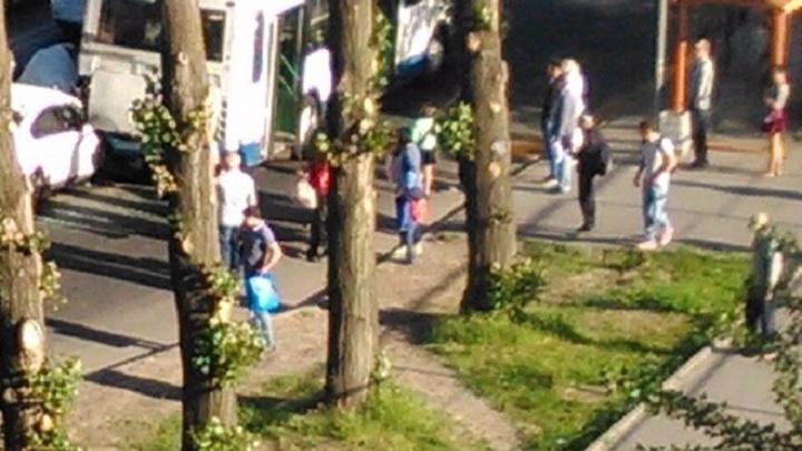 Иномарка врезалась в автобус в Западном районе Ростова