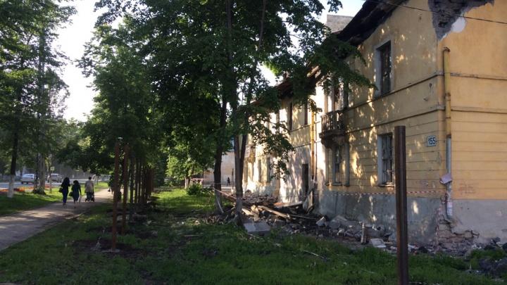В Самаре рассыпающуюся двухэтажку около «Вива Лэнда» снесут