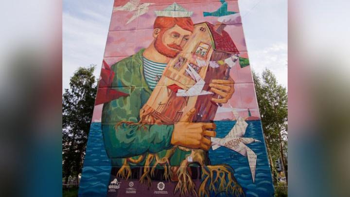 Панно в пять этажей: работа художника Александра Менухова украсила стену северодвинской хрущевки