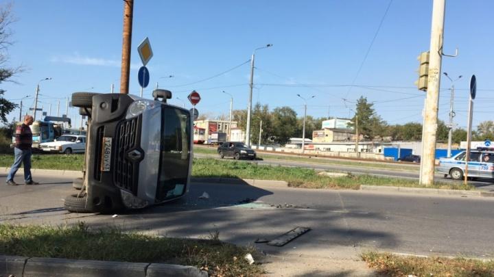 Пузом кверху: на Каслинской микроавтобус перевернулся после столкновения с ВАЗом