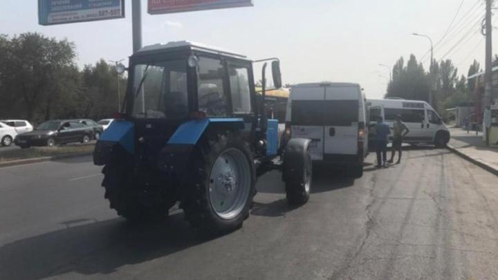 В Волгограде трактор врезался в маршрутку: пострадал двухлетний ребенок