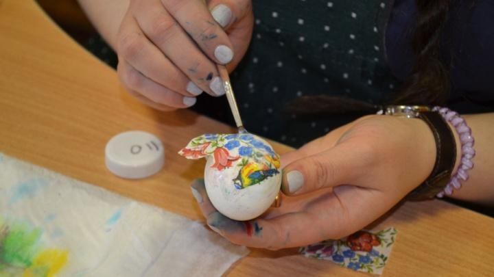 Красим яйца с тюменскими мастерицами: с помощью парафина, потали, риса и пищевых красок