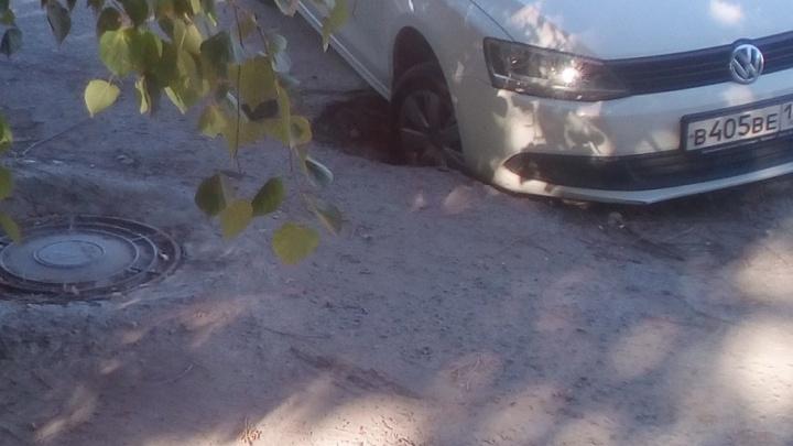 В Волгограде Volkswagen провалился в разбитый люк ливневой канализации