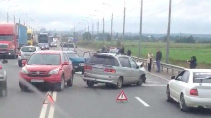 Сразу четыре машины разбились на окружной дороге в Ярославле