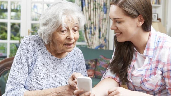 «Бабушкофон»: как выбрать мобильник для пожилого человека
