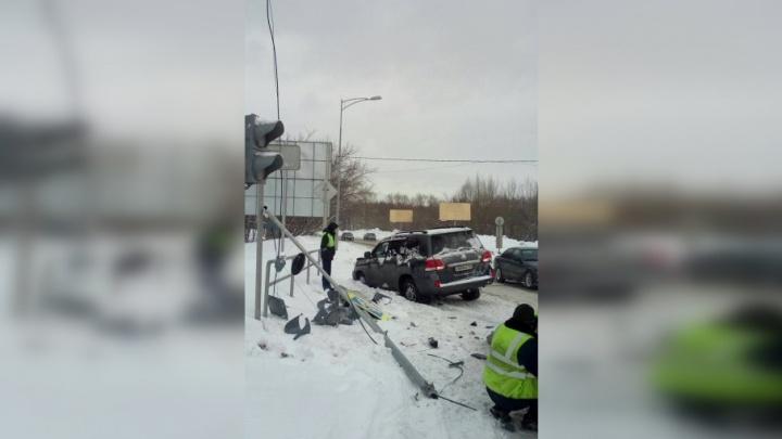 В Самаре водитель внедорожника снес светофор на Ракитовском шоссе