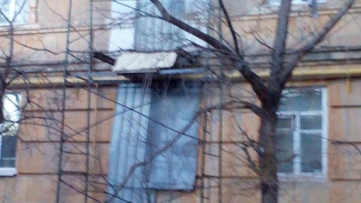 В дождавшемся капремонта доме на юге Волгограда заколотили окна
