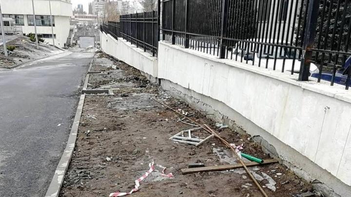 Мэрия Волгограда: мусор на территорию ГДЮЦа занесло талыми водами
