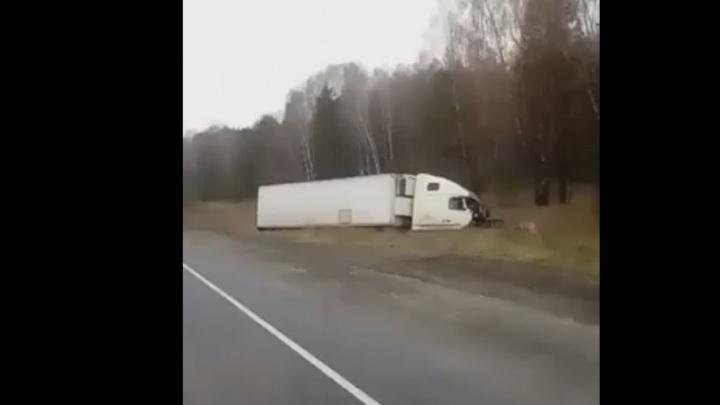 Уставший водитель фуры устроил массовое ДТП на трассе Тюмень–Екатеринбург