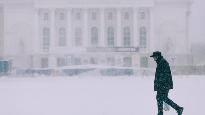 Отмена занятий в школах, пробки и непроходимые сугробы: последствия снегопада в Тюмени