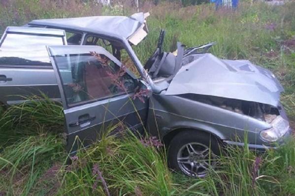 Автомобиль ВАЗ получил сильные механические повреждения от столкновения с УАЗом
