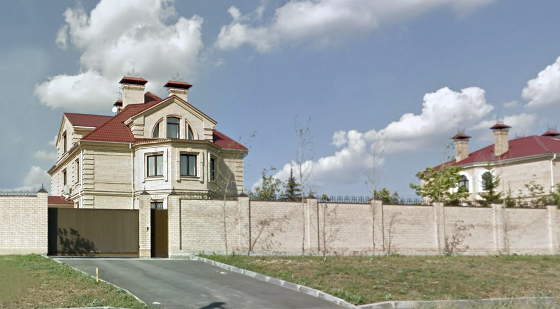 По адресу арестованного дома Давыдова карты Google выдают вот этот особняк на берегу Изумрудного карьера