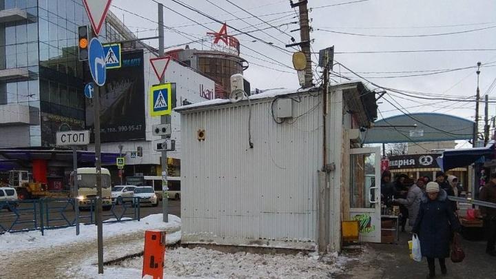 Подбираются к рынку: на пересечении Авроры и Аэродромной начали сносить киоски