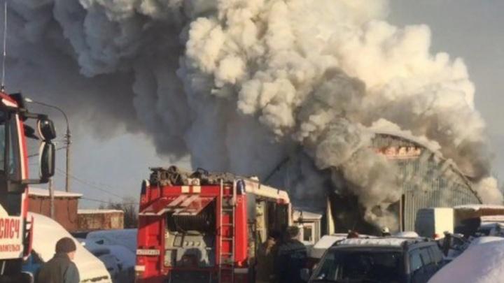В ангаре на улице Карпогорской сгорело 18 транспортных средств