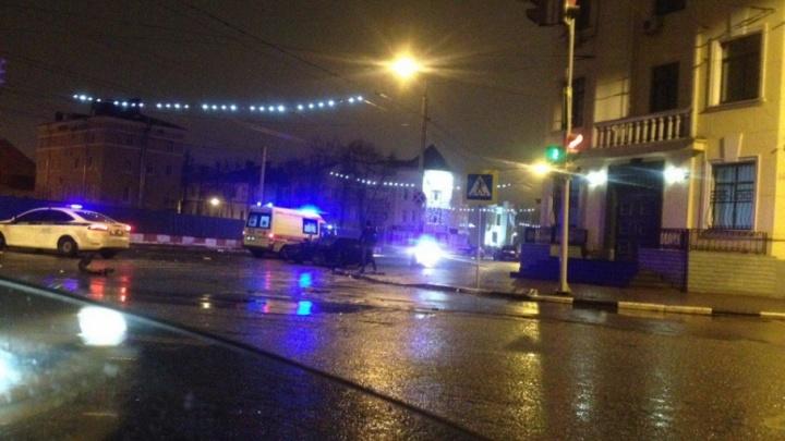 Появилось видео ночной аварии в центре Ярославля: водитель такси вылетел из машины