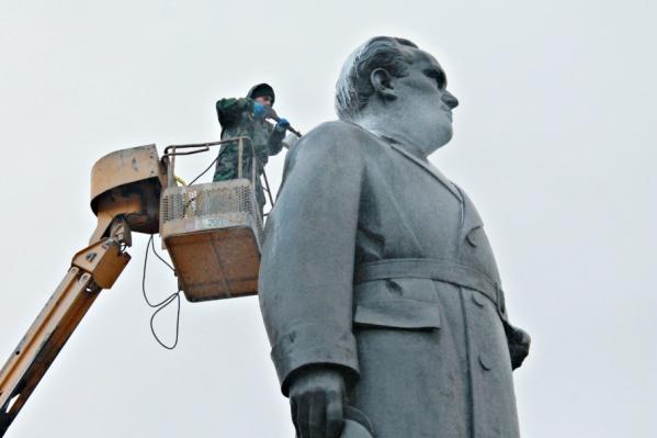 Памятник моют аппаратом высокого давления