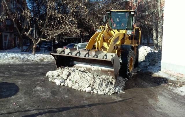 Коммунальщики Тюмени заканчивают уборку снега с территорий, которые может подтопить