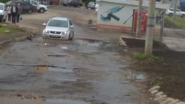 «Приходится нырять!»: автомобилисты пожаловались на гигантскую яму на дублере Ново-Садовой