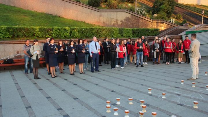 В четыре утра на набережной Туры зажгли свечи в виде цифры 1418