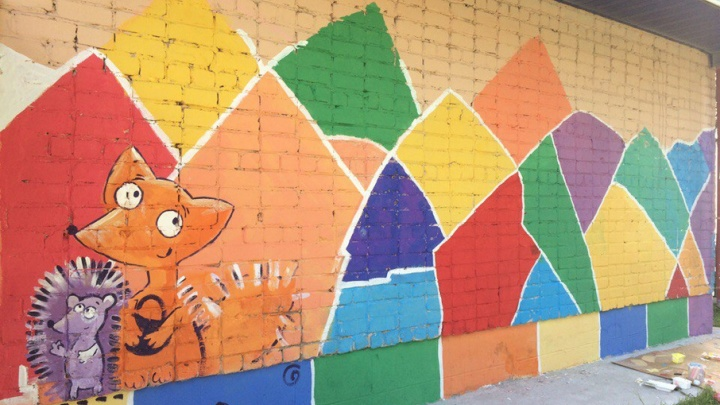 В Тюмени дети вместе с родителями разрисовали здание детсада