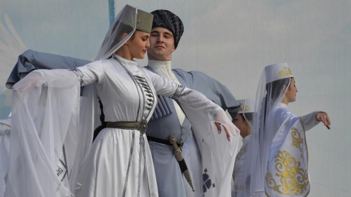 В Волгограде у музея-панорамы выступили казаки и станцевали осетины