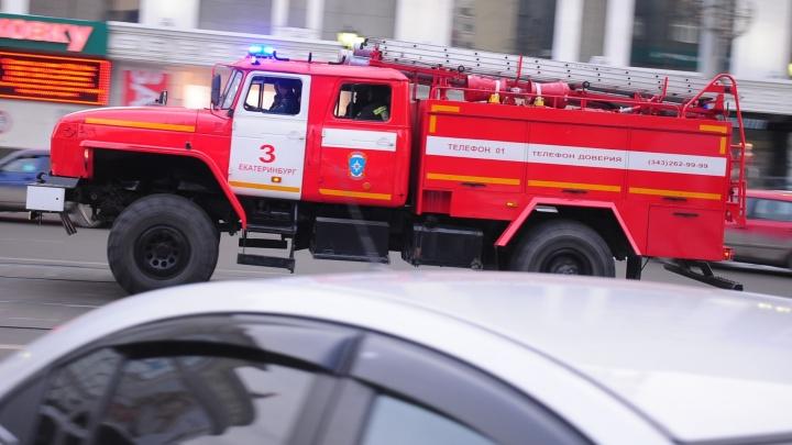 «Женщина кричала, что муж остался в доме»: на Химмаше в пожаре погиб пенсионер