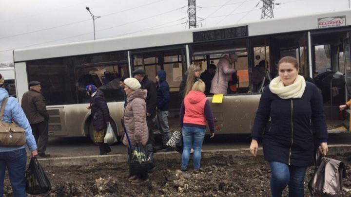 «У троих бабушек изрезаны лица»: в Самаре столкнулись 67 автобус и большегруз