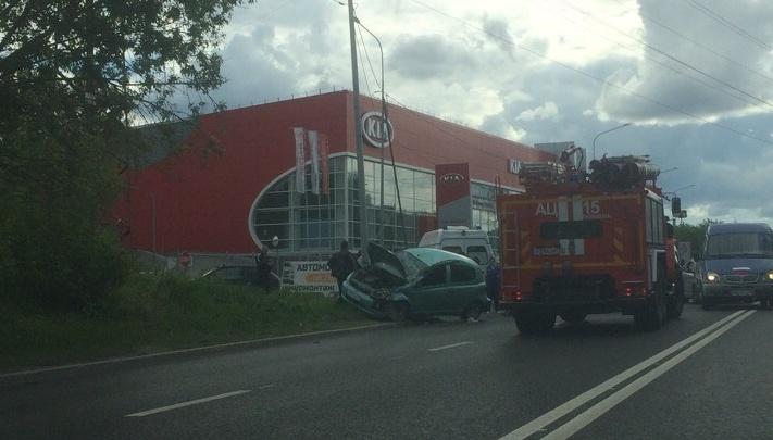 После аварии на Одесской Toyota отлетела в столб, пострадали два человека