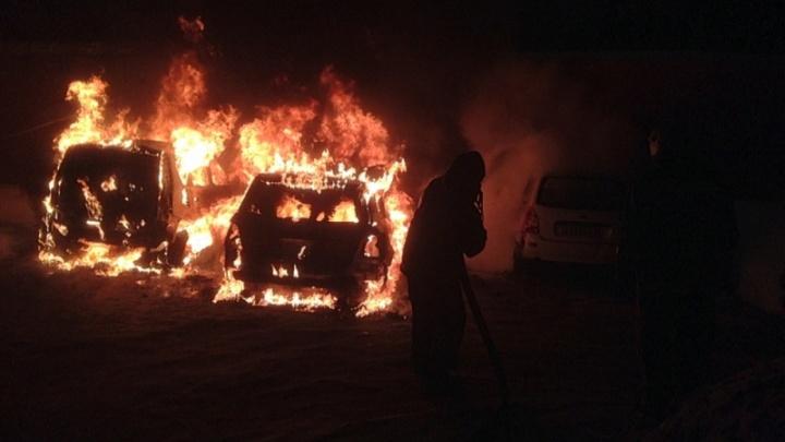 Горели красным пламенем: во дворе многоэтажек вспыхнули сразу две машины