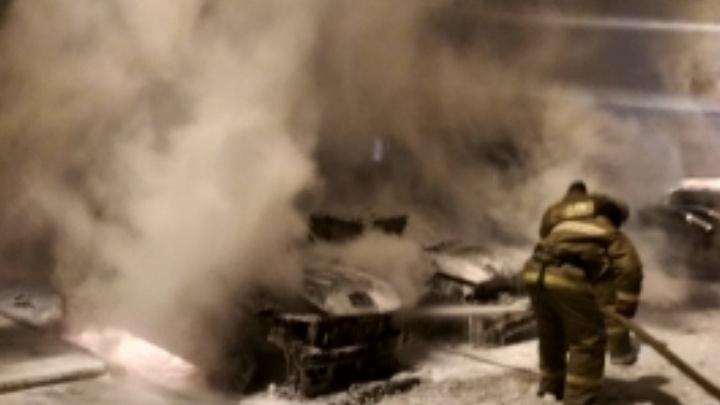 Ночью в угличском дворе одновременно сгорели две машины