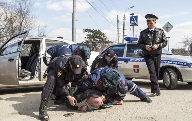 В Волгограде рядом с митингом сторонников Навального иномарка наехала на полицию