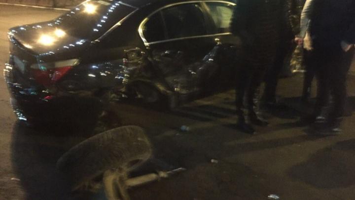 В центре Ярославля столкнулись две иномарки: у BMW оторвало колесо