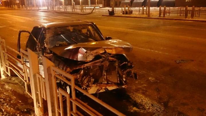 ДТП у тюменского ЗАГСа: водитель сбежал, бросив машину с травмированными пассажирами