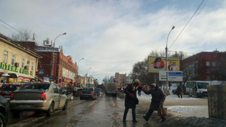 Без воды хлебозавод и 200 жителей: в Перми устраняют последствия утечки из колодца на улице Восстания