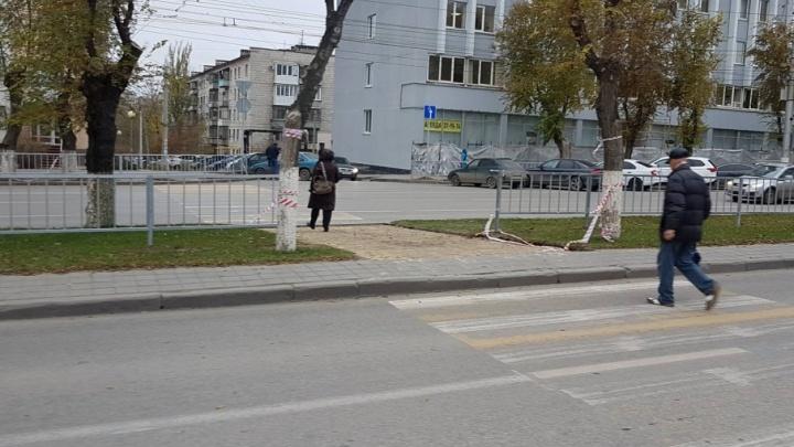 В центре Волгограда продолжают издеваться над пешеходным переходом