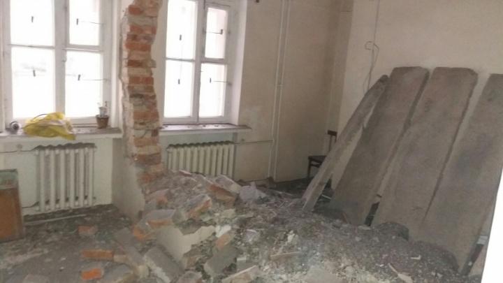 «Обрушение по плану»: стену в поликлинике на Южном Урале снесли для удобства пациентов
