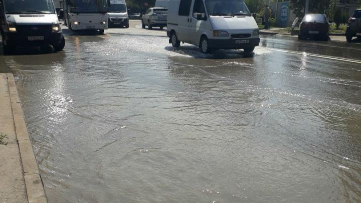 Из-за прорвавшей канализации на улице Страны Советов образовался потоп