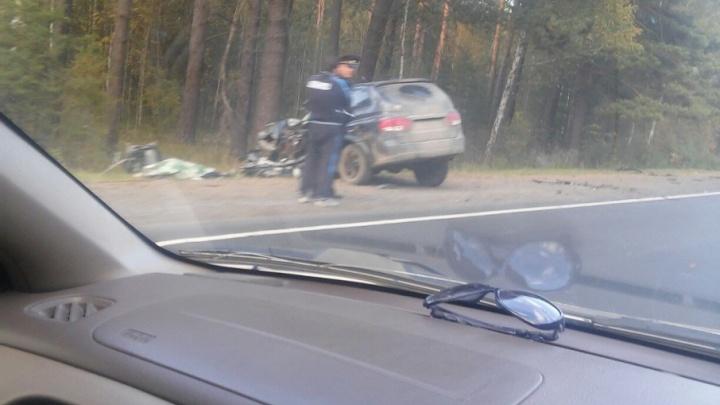 Водитель внедорожника погиб в аварии с тягачом на трассе Тюмень–ХМАО