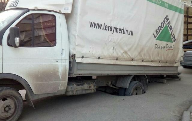 В Волгограде грузовик со стройматериалами стал жертвой провала в асфальте