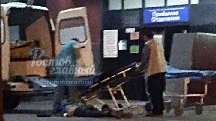 Медики БСМП-2 уронили пациента и оставили лежать на земле