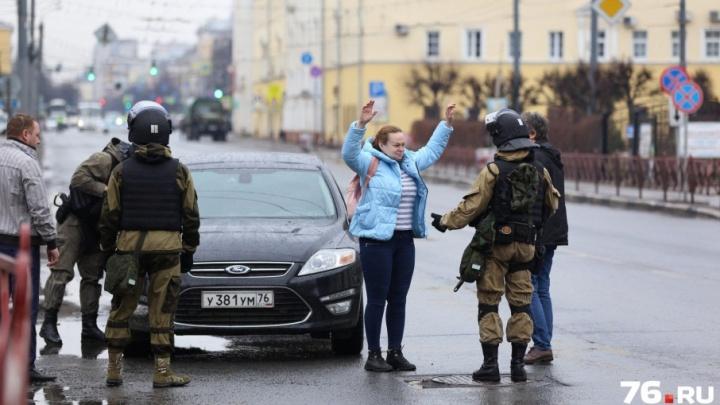 В центре Ярославля спецслужбы обыскали людей, проехавших за оцепление: фоторепортаж