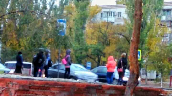 Волгоградцам приходится мерзнуть и мокнуть под дождем из-за снесенных остановок