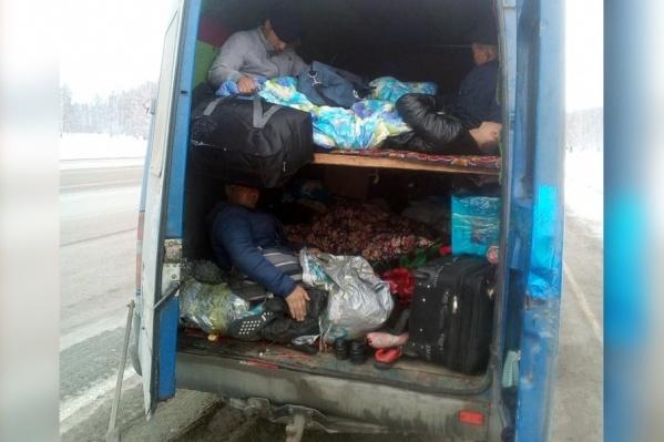 Внутри автобуса были оборудованы полки